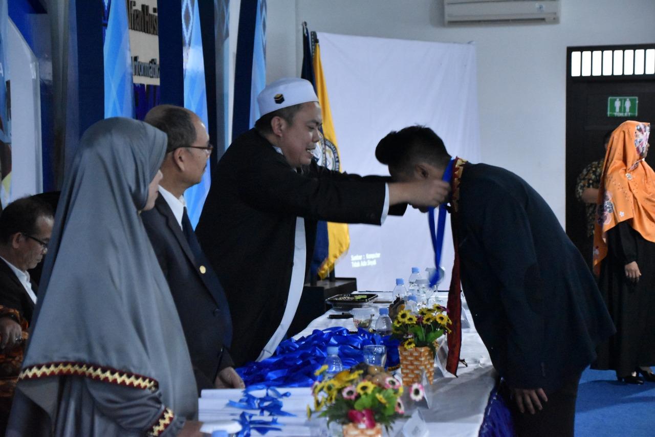 Anak Buruh Petani Karet Jadi Peserta Yudisium Terbaik di FEB Darmajaya