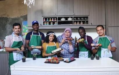 Mahasiswa Internasional IIB Darmajaya Belajar Buat Kue Bermotif Batik