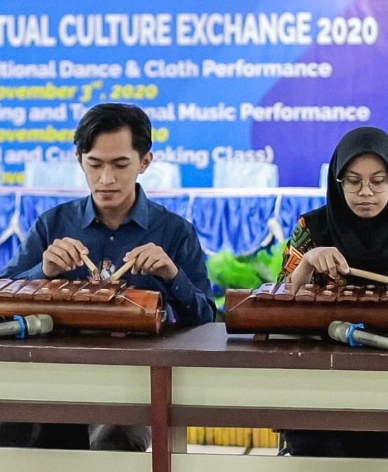 Virtual Culture Exchange, Mahasiswa IIB Darmajaya Nyanyikan Lagu Lampung dan Mainkan Cetik