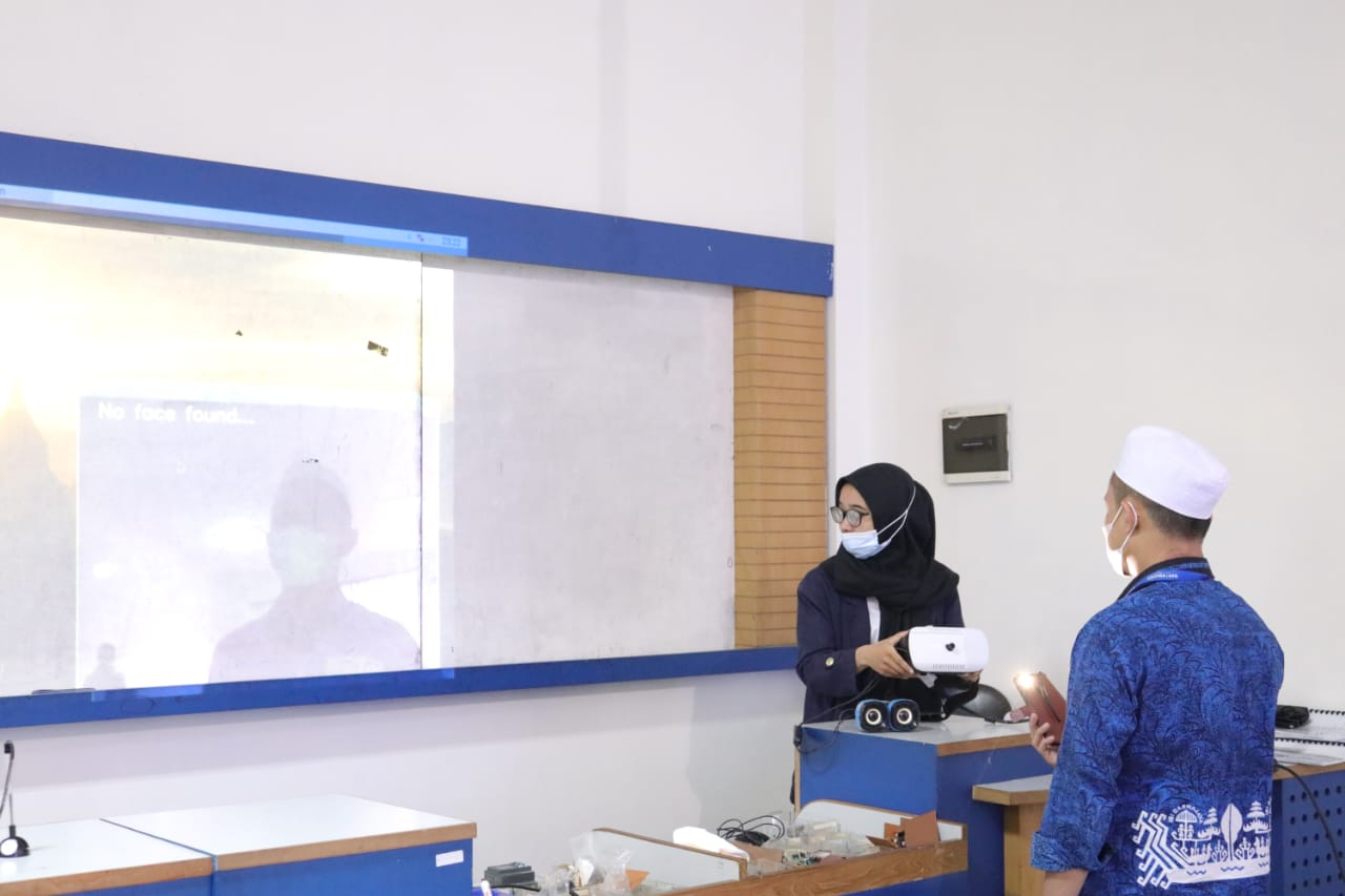 Mahasiswi Sistem Komputer Darmajaya Buat Alat Pendeteksi Masker untuk Tunanetra