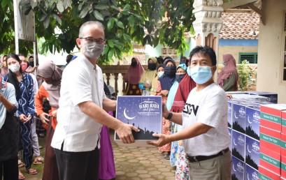 Jalin Silaturahmi, IIB Darmajaya Beri Bingkisan Lebaran kepada Warga Sekitar Kampus