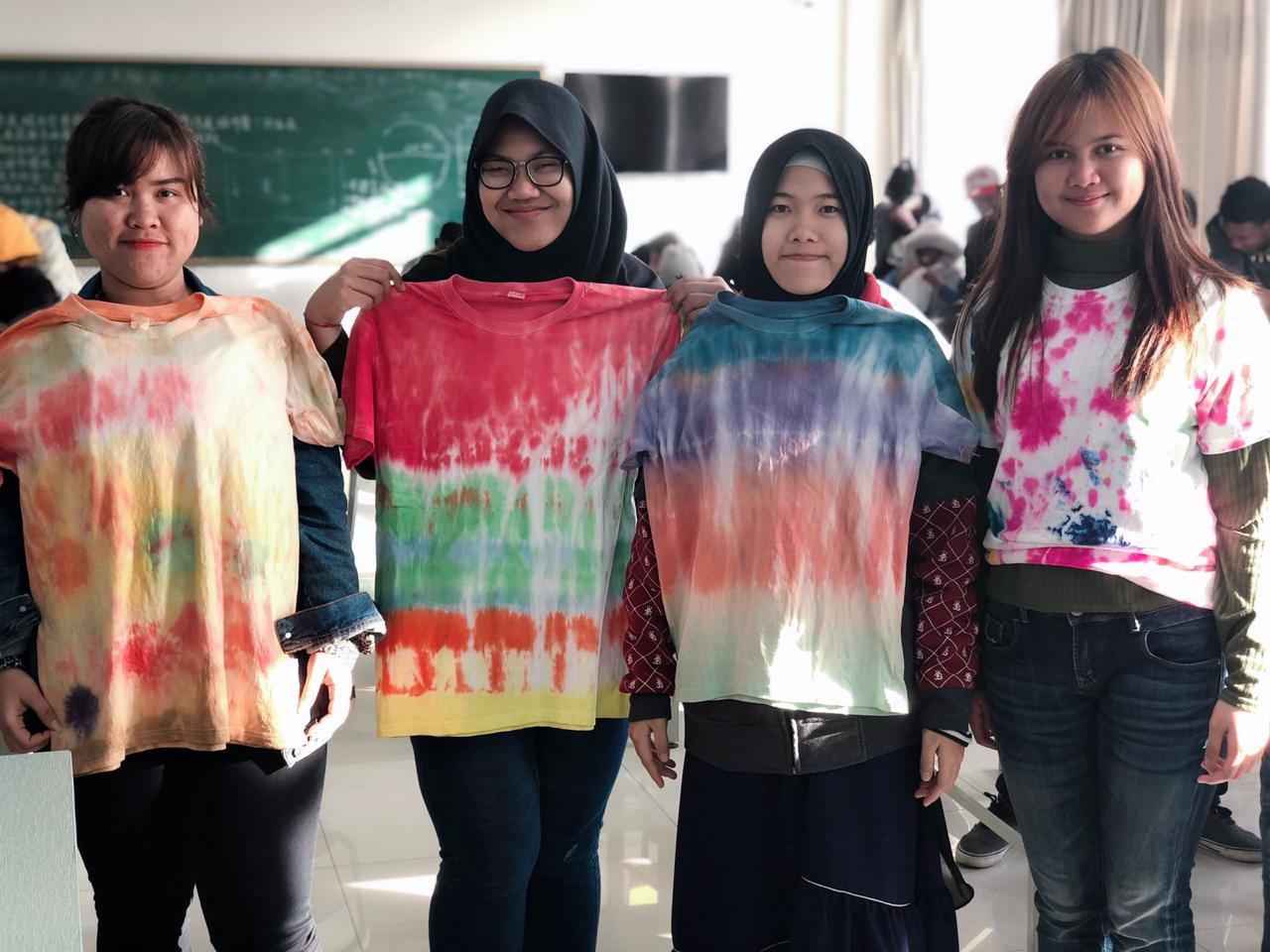 Asyiknya, Mahasiswa Darmajaya Berkreasi Baju Pelangi di Tiongkok