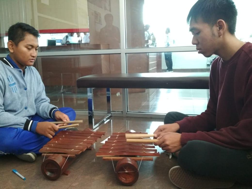 Mahasiswa Vietnam Ini Belajar Cetik Lampung di IIB Darmajaya