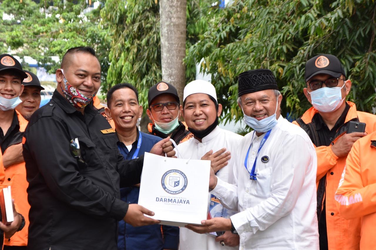 Kunjungan ke IIB Darmajaya, Yayasan Majelis Peduli Masyarakat Bagikan Buku