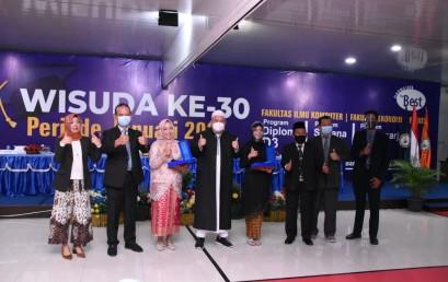 Raih IPK Sempurna, Lulusan Prodi TI IIB Darmajaya ini Sabet 5 Penghargaan