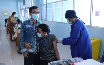 Dukung Program Pemerintah, Dosen dan Karyawan IIB Darmajaya Jalani Vaksinasi Tahap Dua di RSUDAM Lampung