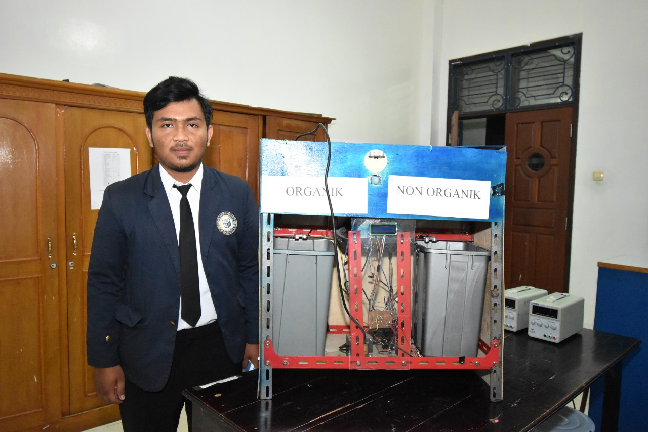 Mahasiswa Sistem Komputer IIB Darmajaya Ciptakan Kotak Sampah Pintar