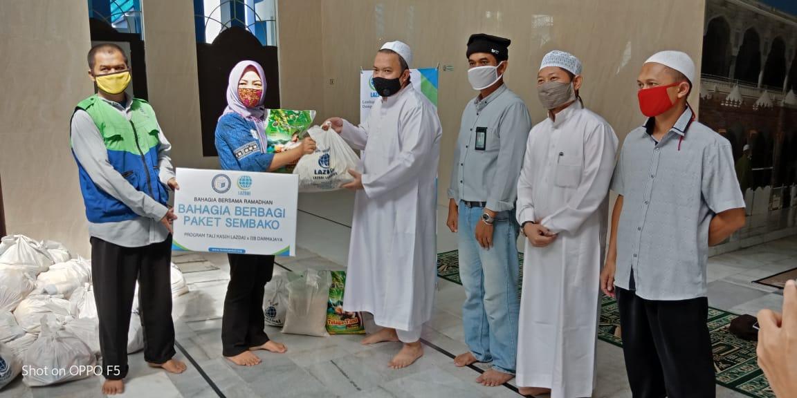 ZIS IIB Darmajaya dan LAZDAI Lampung Serahkan 50 Paket Sembako