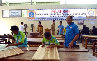 Dosen Darmajaya Latih Siswa SMK Seni Ukir Lampung