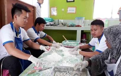 PKPM Desa Pagelaran, Mahasiswa Darmajaya Kembangkan Produk Olahan Lele