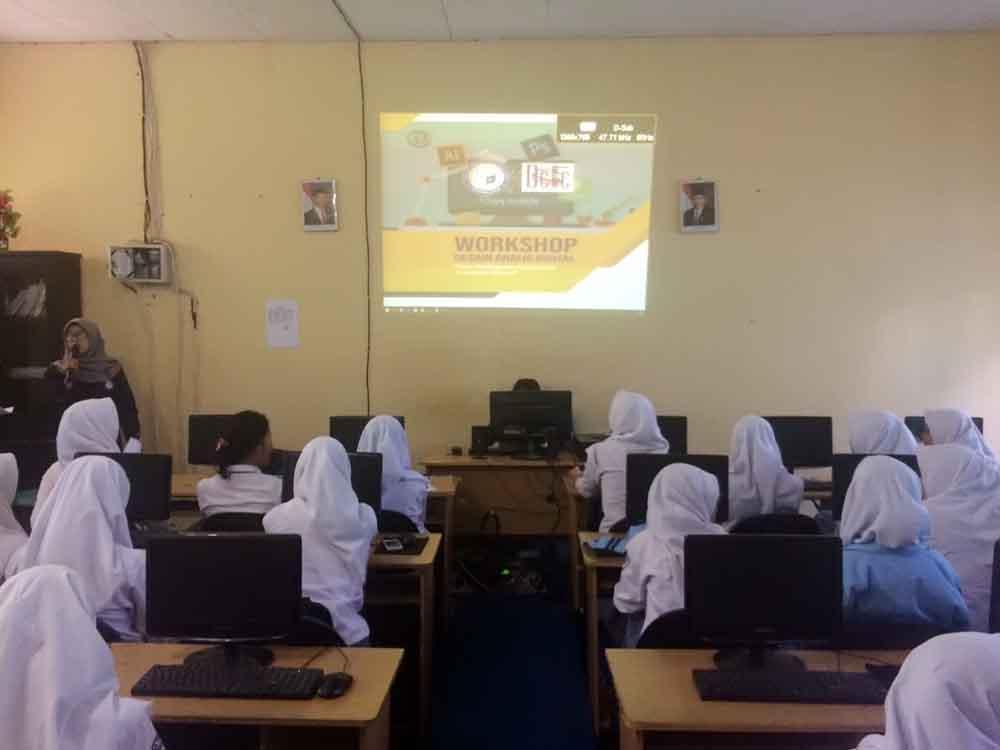 UKM DCFC IIB Darmajaya Isi Materi Workshop di SMAN 14 Bandar Lampung