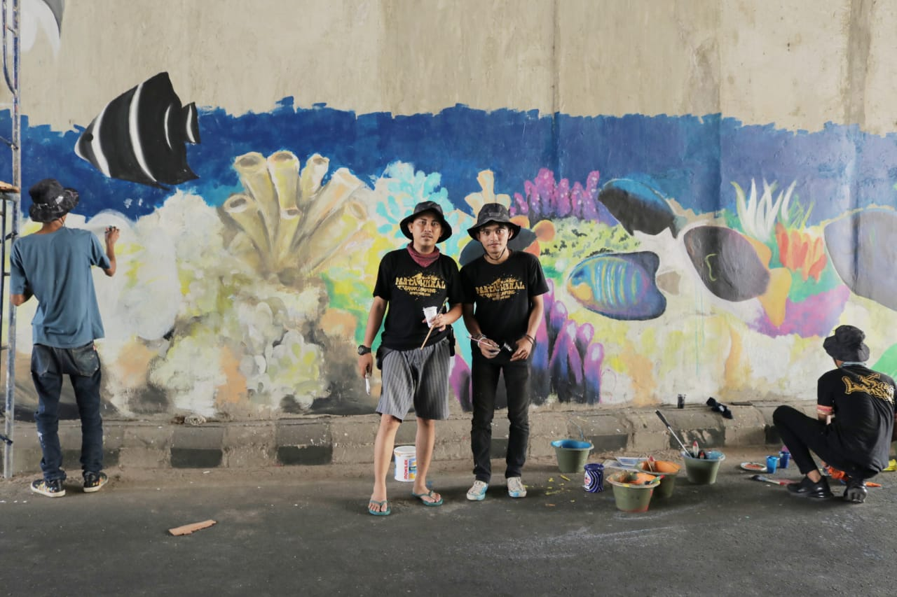 Lima Mahasiswa dan Dua Alumni IIB Darmajaya Ikut Poles Underpass dengan Mural